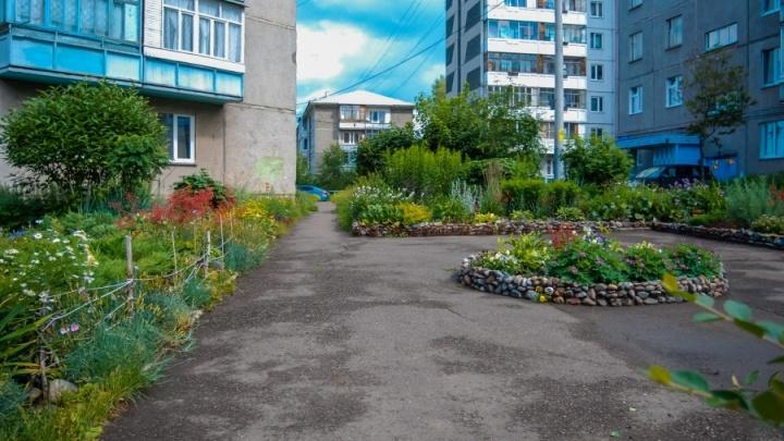 Создала дворик-сад