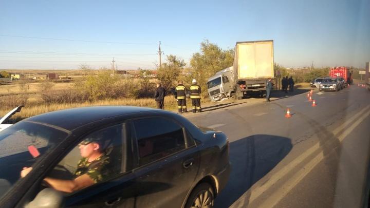 «Двоих накрыли простынями»: крупное ДТП на въезде в Волгоград