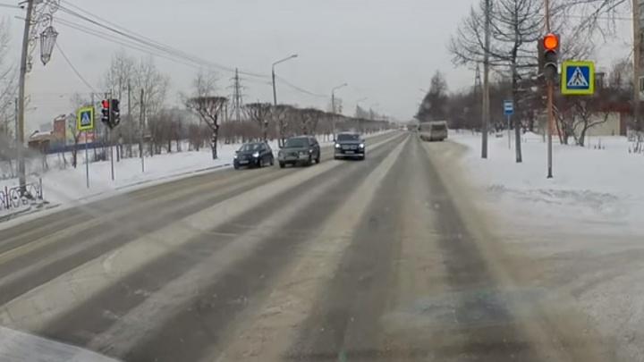 Наглец на «Мерседесе» по встречке на красный объехал стоящие по Свердловской авто