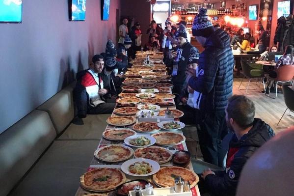 Хоккеисты заказали 60 пицц