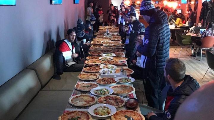 Команда хоккеистов из Америки отметила день рождения тренера с 60 пиццами в баре на «Взлётке»