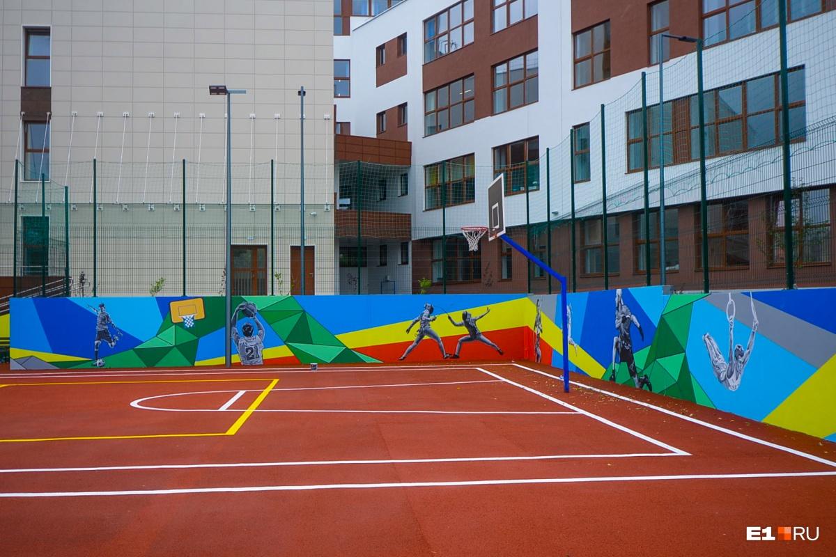 Спортивная площадка в школьном дворе