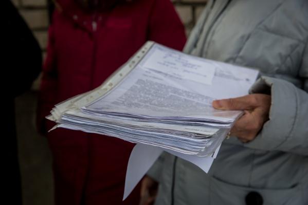 На встречу с журналистами местные жители взяли лишь часть документов — всю переписку с властями и прокуратурой с 2013 года придётся везти на тележке, шутят они