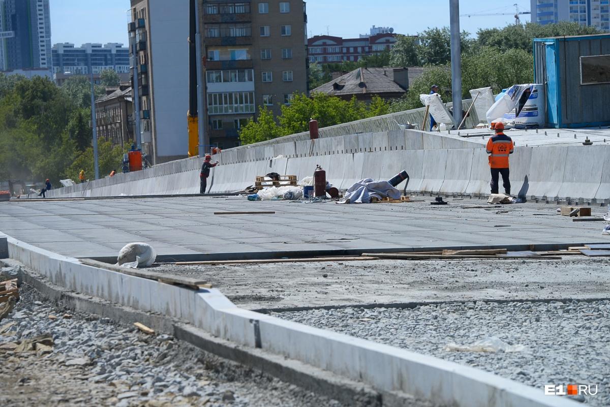 Полотно части нового моста, машины по нему пустят по одному ряду в каждую сторону