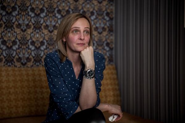 Анна Толмасова носит на руке браслет с именем единственной дочери
