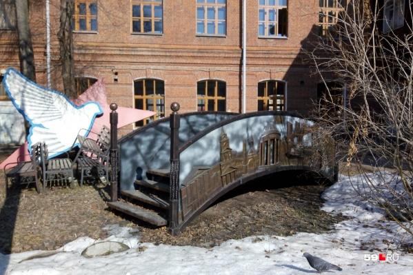 Сейчас мостик находится во дворе арт-резиденции