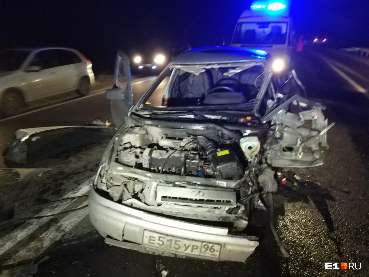 Водителя ВАЗа зажало в искорёженной машине, а потому спасателям пришлось разрезать автомобиль