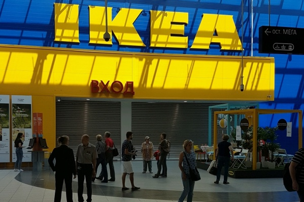 Посетители и работники покинули магазин, но экстренных служб на месте нет