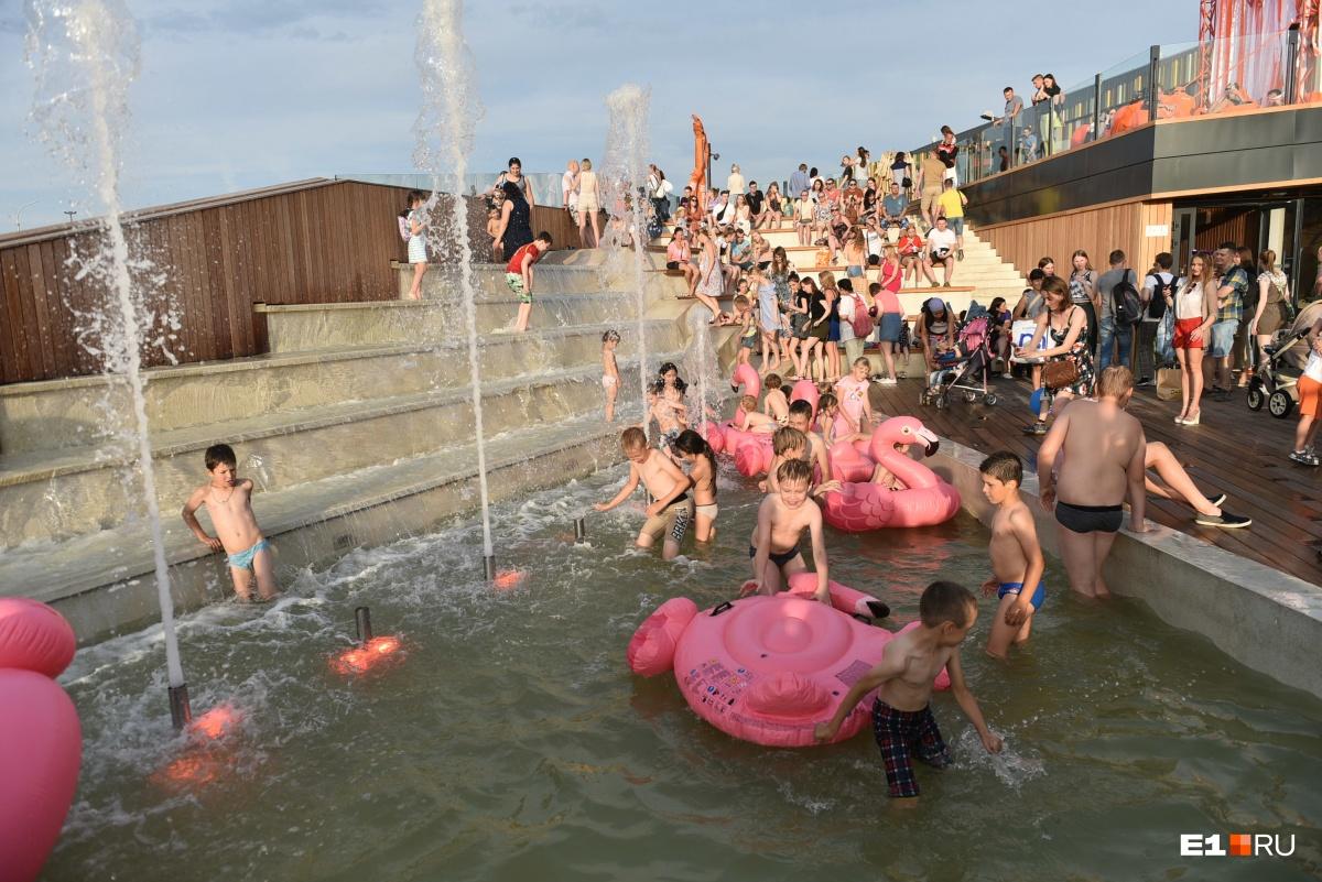 А дети спасались от жары в фонтане