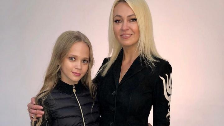 Школьница-модель из Красноярска снялась для журнала вместе с Яной Рудковской