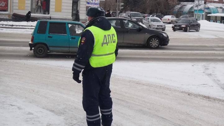 В Омске осудят бывшего госавтоинспектора, который просил водителей переводить ему на карту взятки