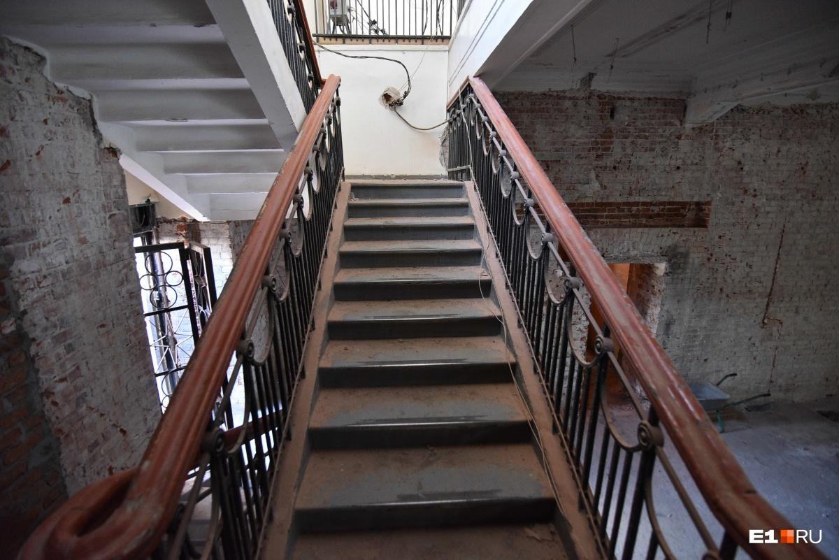 В пристрое появится лифт и эскалатор, которыми посетители будут пользоваться вместо лестниц