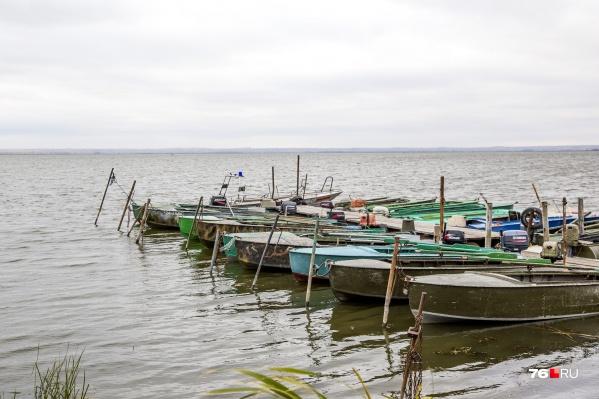 Рыбаки вооружились лодкой с мотором и сетями