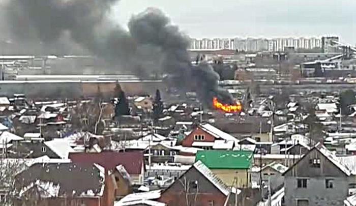 Над Кировским районом поднялся черный столб дыма: рядом с Хилокской загорелась дача