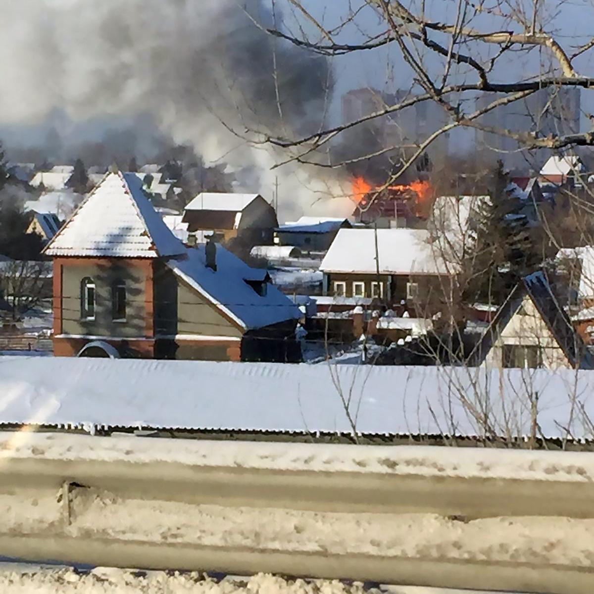 По словам очевидцев, пока горит один частный дом