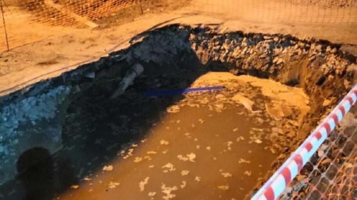 «В квартирах вонь, подвал топит»: на Эльмаше гигантские ямы посреди улицы заполнили сточные воды