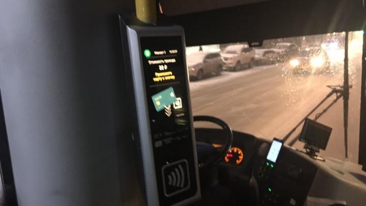 Оплату проезда по банковской карте тестируют в 10 автобусах. Проезд у частников под вопросом