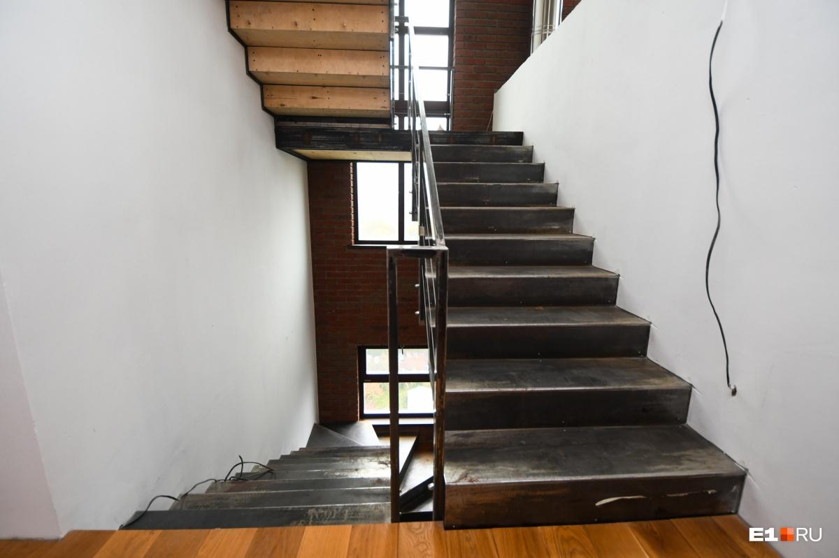 Лестница на нижний и на верхний этажи