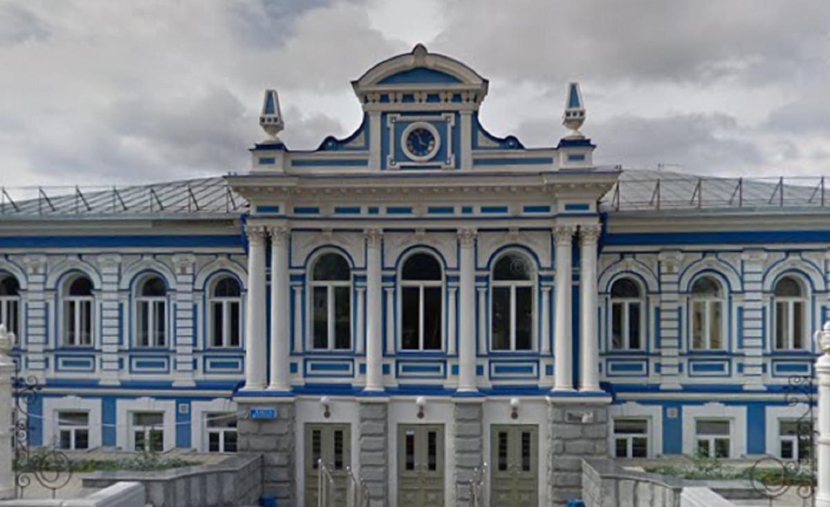 Само здание признано памятником архитектуры, и делать ремонт здесь надо будет очень осторожно