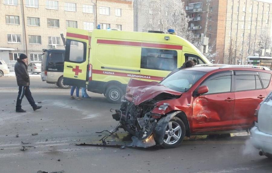 Нафото попало массовое ДТП вНовосибирске стремя пострадавшими
