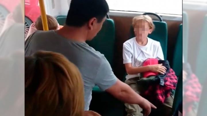 Прокуратура проверит уральского перевозчика, чей водитель накричал на ребенка, когда его стошнило