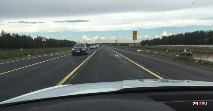 Пример федеральной трассы М-5 с идеальным покрытием и разметкой, где на десятках километров расставлены знаки ограничения скорости 50 км/час