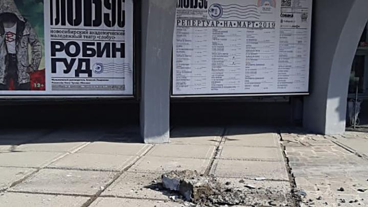 «Было похоже на взрыв петарды»: от театра «Глобус» с грохотом отвалился кусок колонны