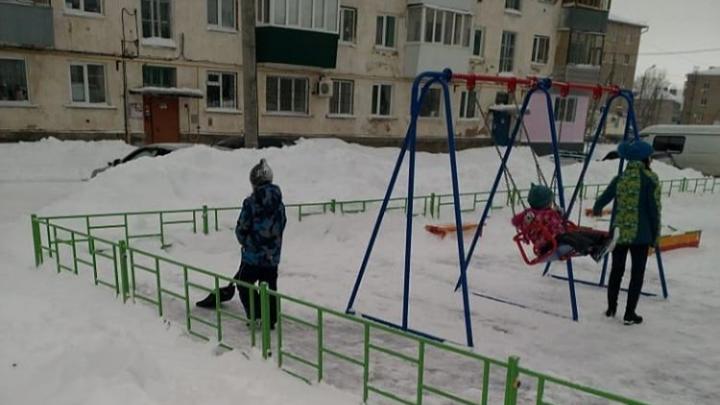 Не дожидаясь дворников: в Башкирии дети убрали снег с детской площадки