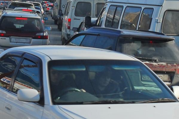 Машины буквально ползут по Шлюзу —скорость потока на ул. Русской упала до 2 км/ч