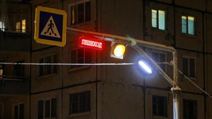 «Обезопасить ночных прохожих»: в Северодвинске заработал первый «умный» пешеходный переход