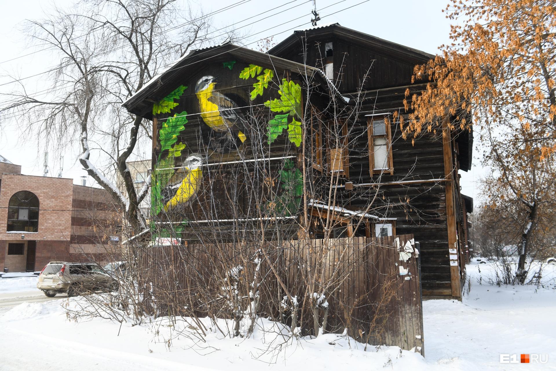 Хироки говорит, это хорошая практика — когда уличные художники выбирают такие объекты. Он считает, что их работы — это способ продлить жизнь таким зданиям