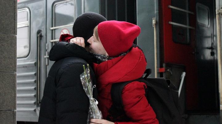Самые искренние поцелуи: фоторепортаж о тех, кто встречает родных на омском вокзале