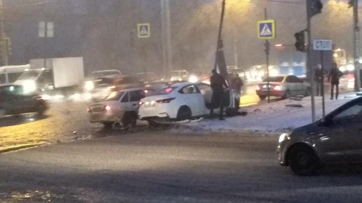 «Пешеходы успели отскочить от остановки»: на юге Волгограда иномарка вылетела на тротуар