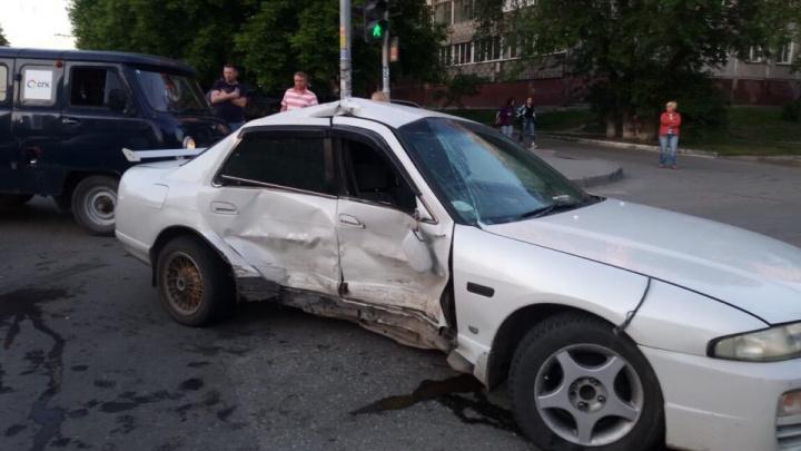 Nissan и «Лада» не поделили дорогу в Заельцовском районе— оба автомобиля получили повреждения