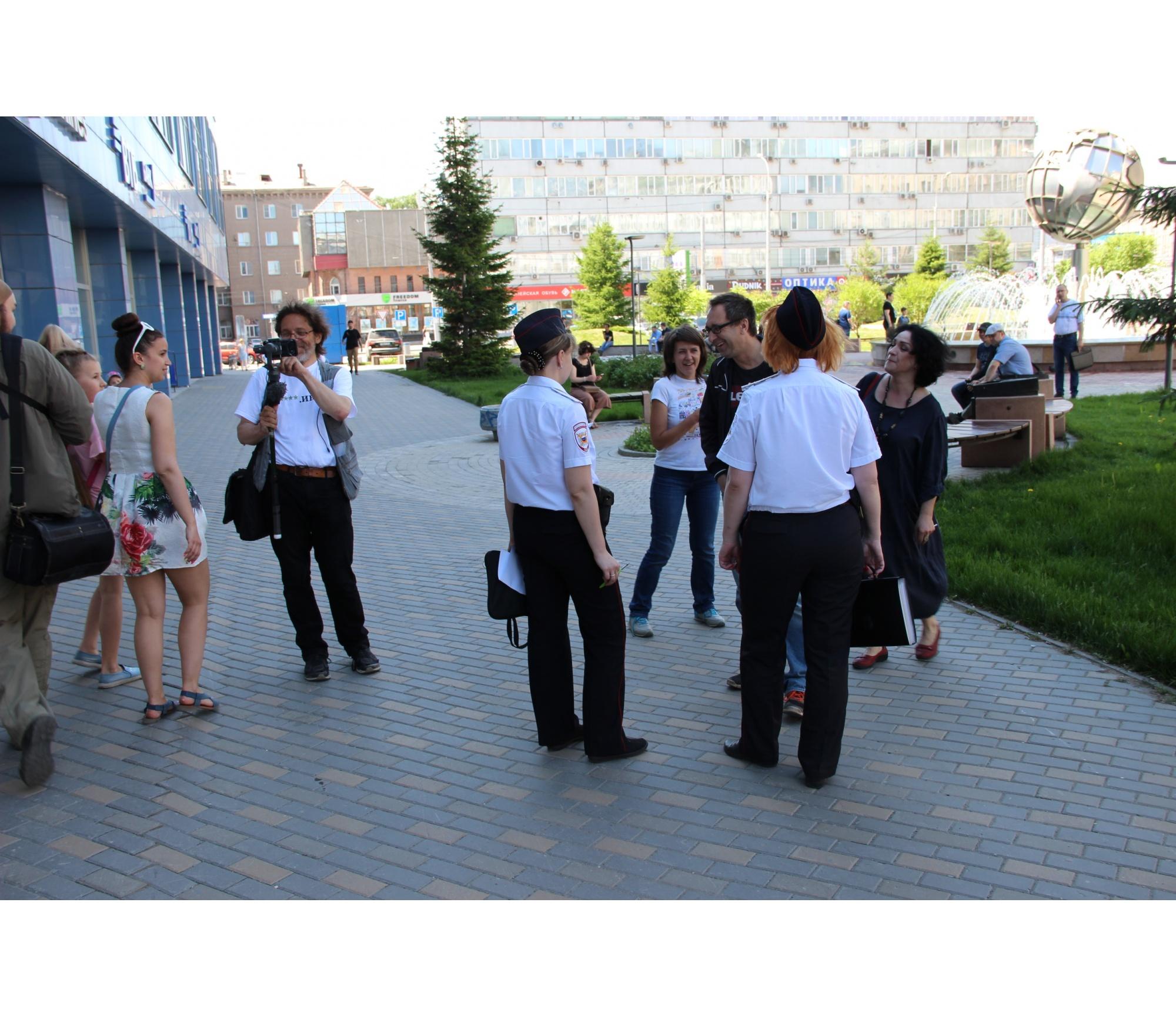 В конце прогулки полицейские захотели проверить документы у некоторых её участников