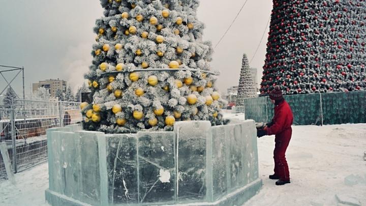На площади Куйбышева построили ледовые барельефы вокруг елок