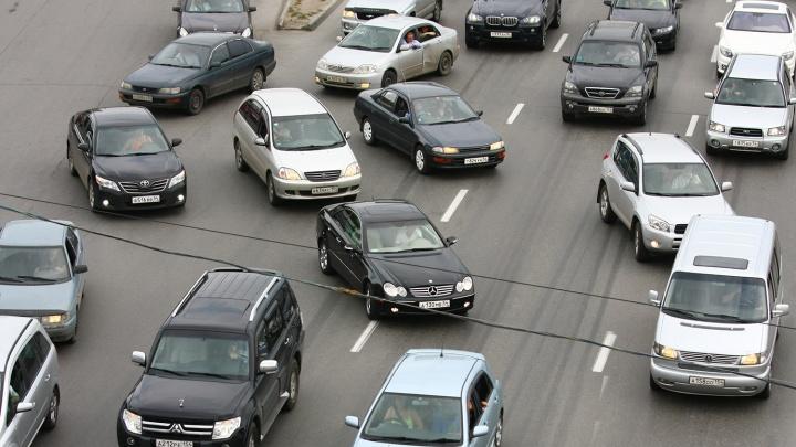 Машины встали в 4-километровую пробку на пути к разъезду Иня