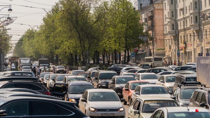 Движение в центре Перми парализовало из-за перекрытия улицы Луначарского. Фото