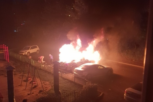 Огонь повредил две машины — в МЧС предполагают, что это мог быть поджог