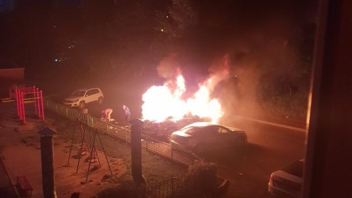Во дворе на Красном проспекте подожгли «Лексус»