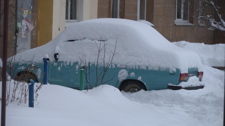 Дверь подъезда открывается? За три дня в Екатеринбурге выпало больше месячной нормы снега