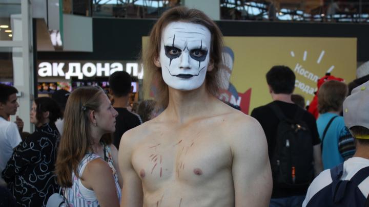 Акула с автоматом, убийцы демонов и сексуальный Ворон: в «МЕГЕ» устроили косплей-фестиваль