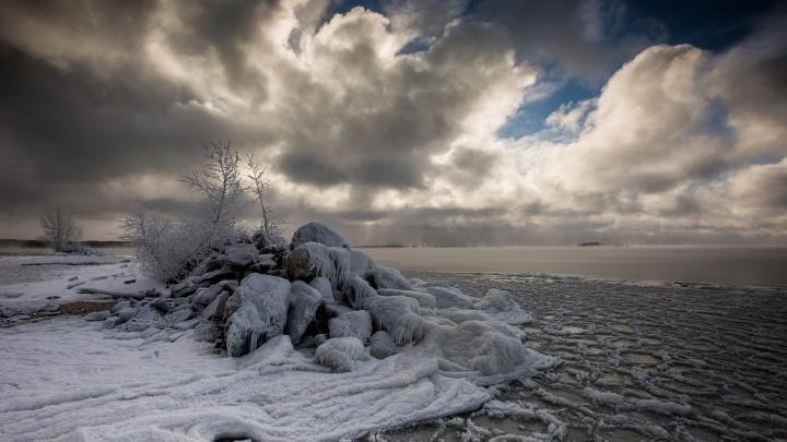 Море в осколках: 10 самых красивых фото с замерзающих пляжей Новосибирска