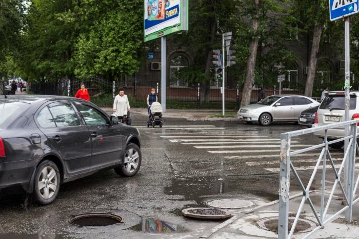 Открытый люк на ул. Орджоникидзе