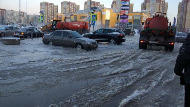 Машины, попавшие в ловушку у ТРЦ «Фаворит», и инвалид на проезжей части: дорожные видео недели