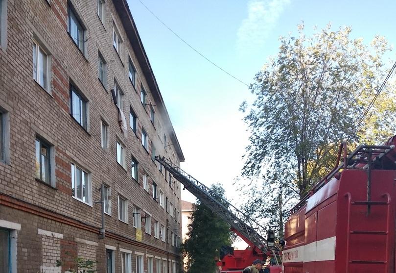 Пожарные разбили окно и потушили огонь