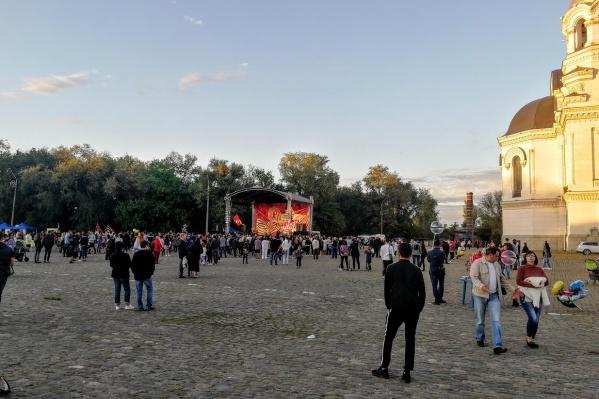 Основная часть праздничных мероприятий проходила на площади Ермака, где и собрались местные жители