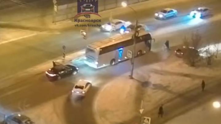 Рейсовый автобус дерзко сбил девушку на утренней дороге в «Покровском»