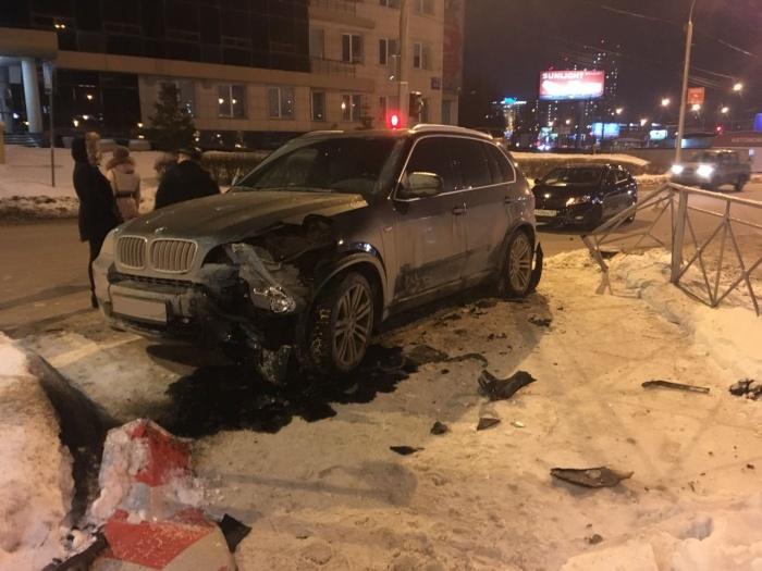 После аварии «БМВ» оказался на тротуаре