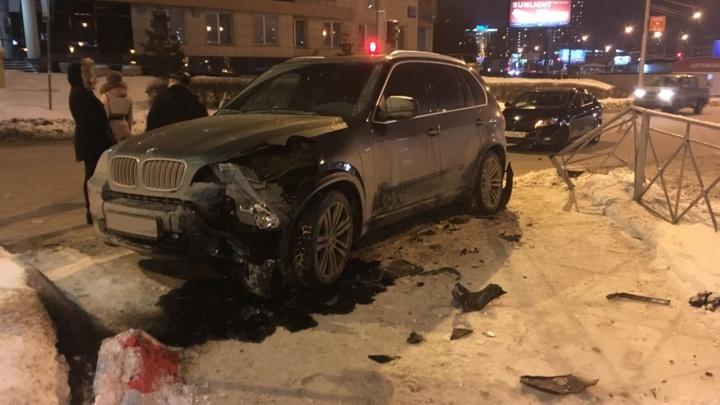 BMW X5 снёс дорожный знак и металлический забор рядом с Ипподромской